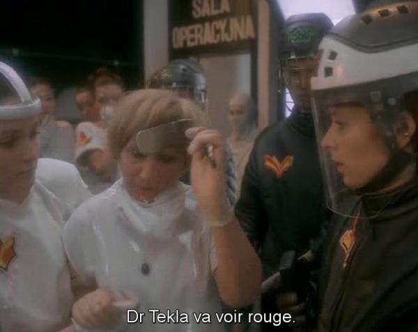 Le futur : ses tabliers en plastique, ses casques de hockey.